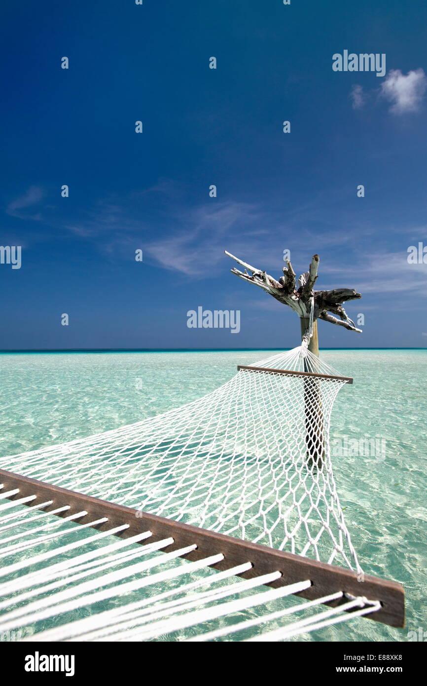 Hamaca en laguna tropical, Maldivas, Océano Índico, Asia Foto de stock