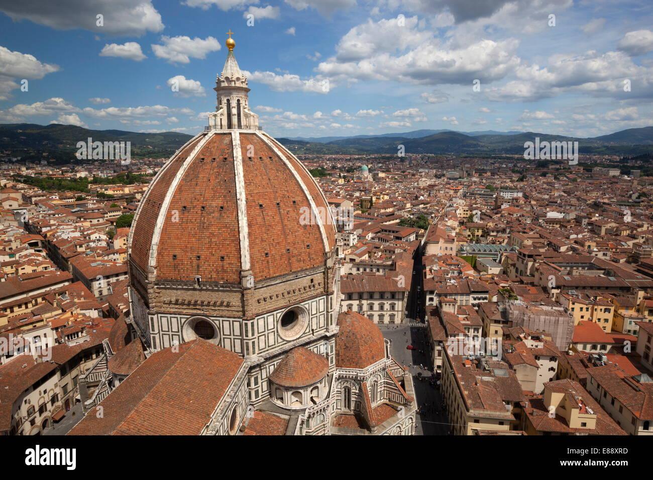 Vistas al Duomo y a la ciudad desde el Campanile, Florencia, Sitio del Patrimonio Mundial de la UNESCO, en la Toscana, Imagen De Stock