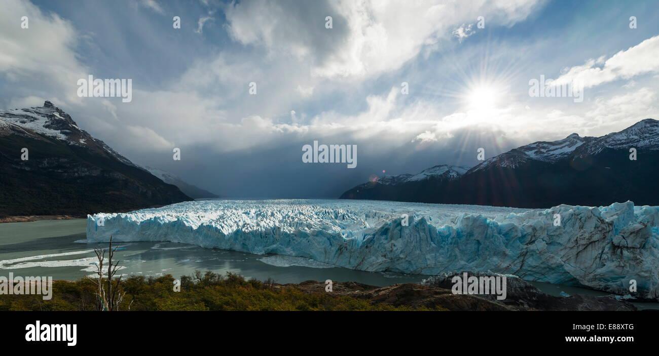 La luz de la tarde sobre el Glaciar Perito Moreno, El Parque Nacional Los Glaciares, la UNESCO Sitio, Patagonia, Foto de stock