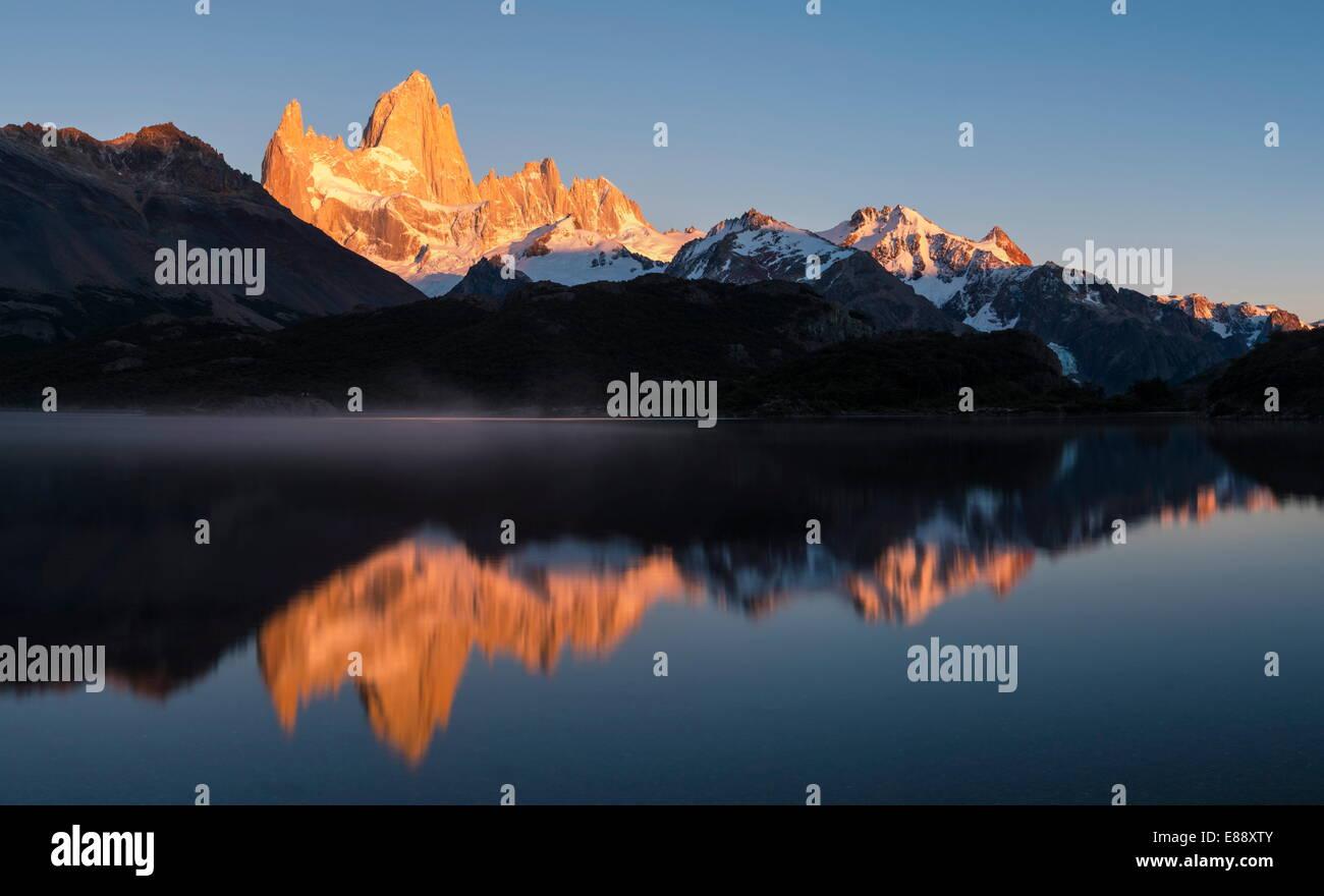 Amanecer sobre el cerro Fitz Roy, laguna Capri, el Parque Nacional Los Glaciares, la UNESCO Sitio, Provincia de Imagen De Stock