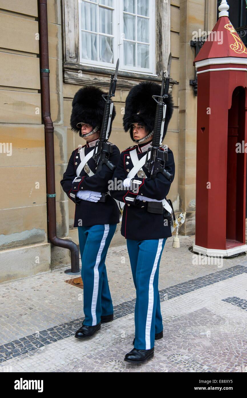Guardias en la vida real Amalienborg, hogar de invierno de la familia real danesa, en Copenhague, Dinamarca, Escandinavia, Imagen De Stock