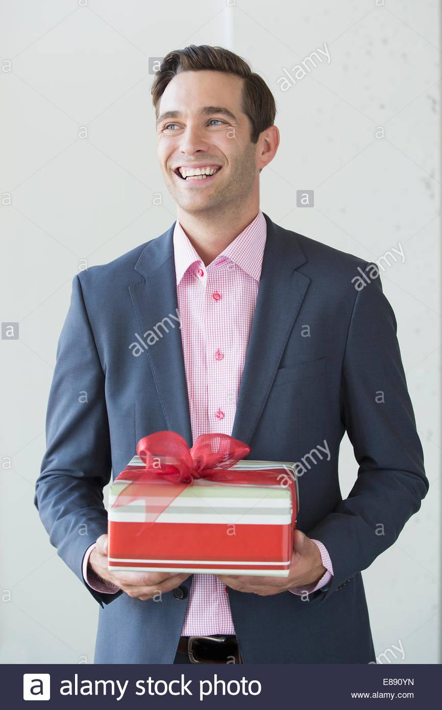 El hombre bien vestido con su regalo de Navidad Imagen De Stock
