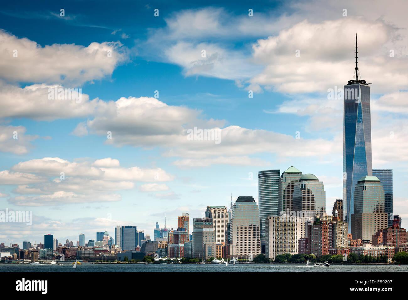 La torre de la libertad se eleva por encima de Battery Park, el centro de Manhattan, Nueva York Imagen De Stock