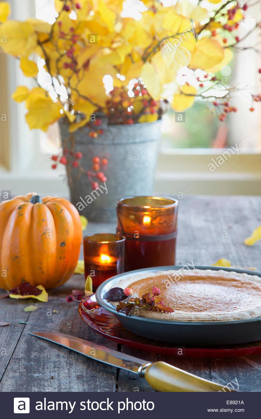 Decoraciones de otoño y pastel de zapallo en tabla de madera Imagen De Stock