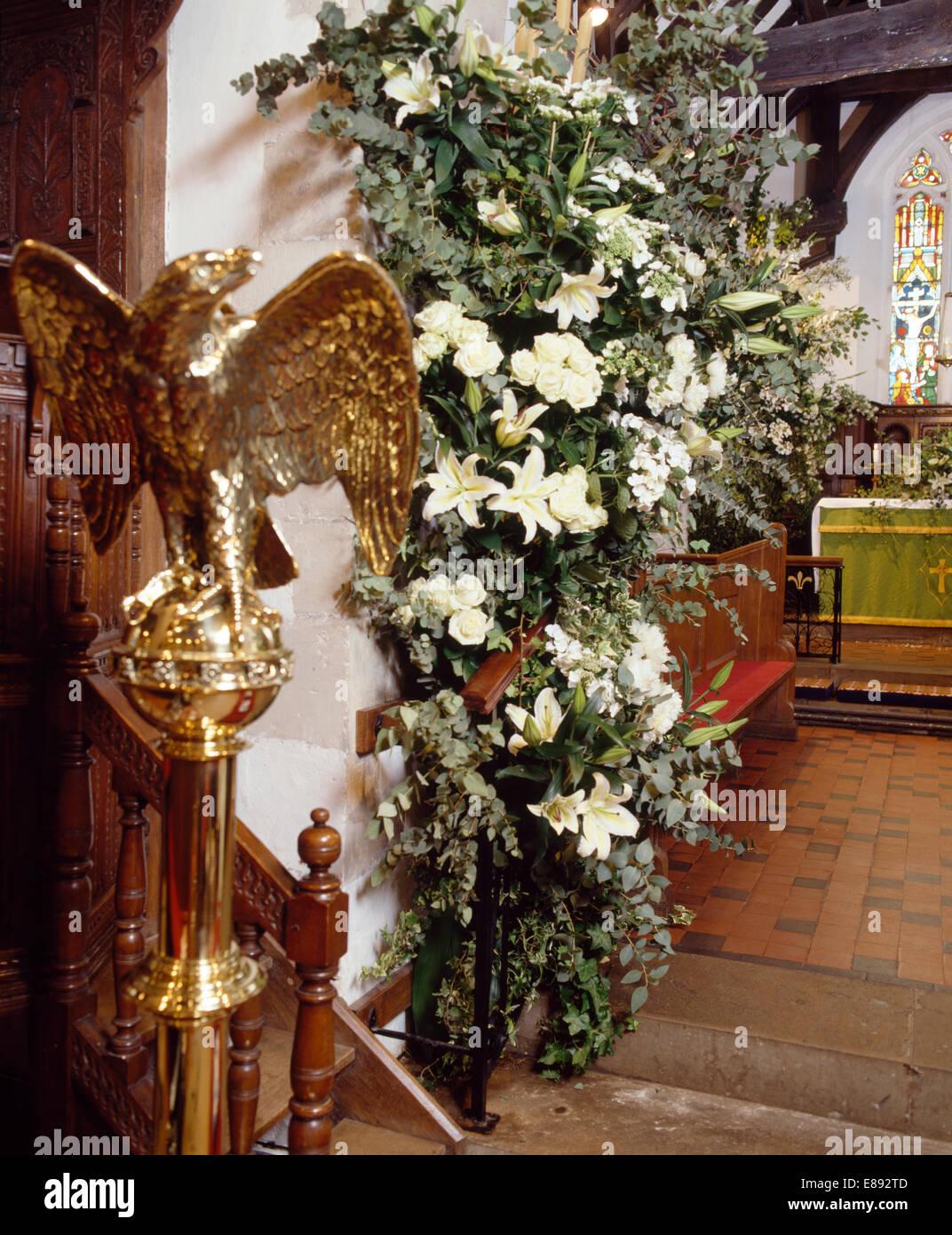 águila De Oro Estatua Y Lirios Blancos En Suntuosos Arreglos