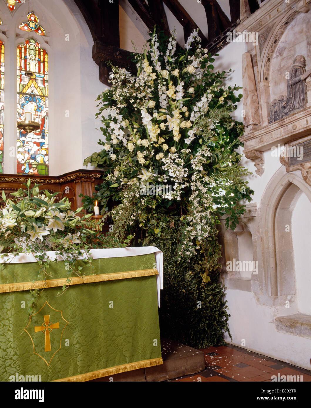 Suntuosos Arreglos Florales Junto Al Altar De La Iglesia Del