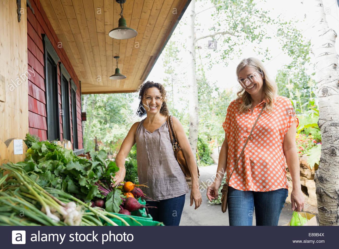 Mujer sonriente compras para producir mercado exterior Imagen De Stock