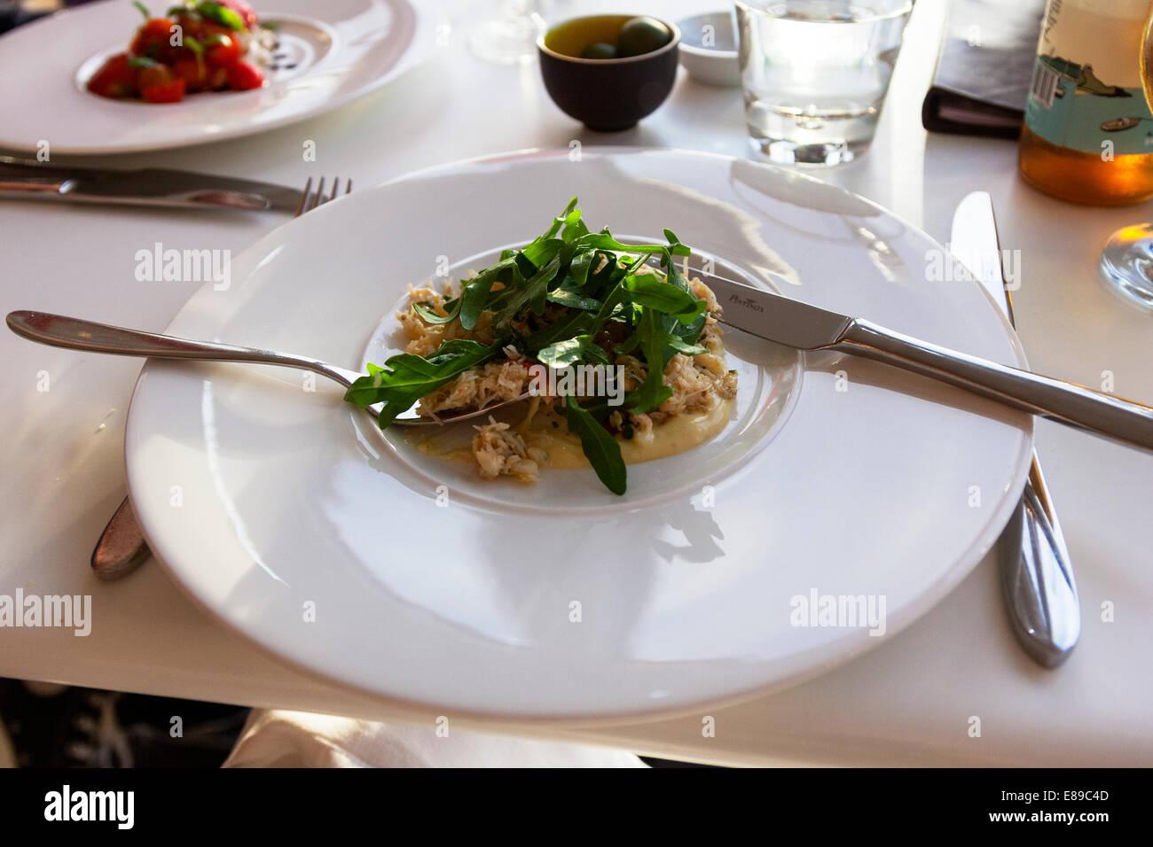 Ensalada de rúcula y cangrejo comida quince Jamie Oliver's Cornualles Cornualles West Country, comida típica. Imagen De Stock