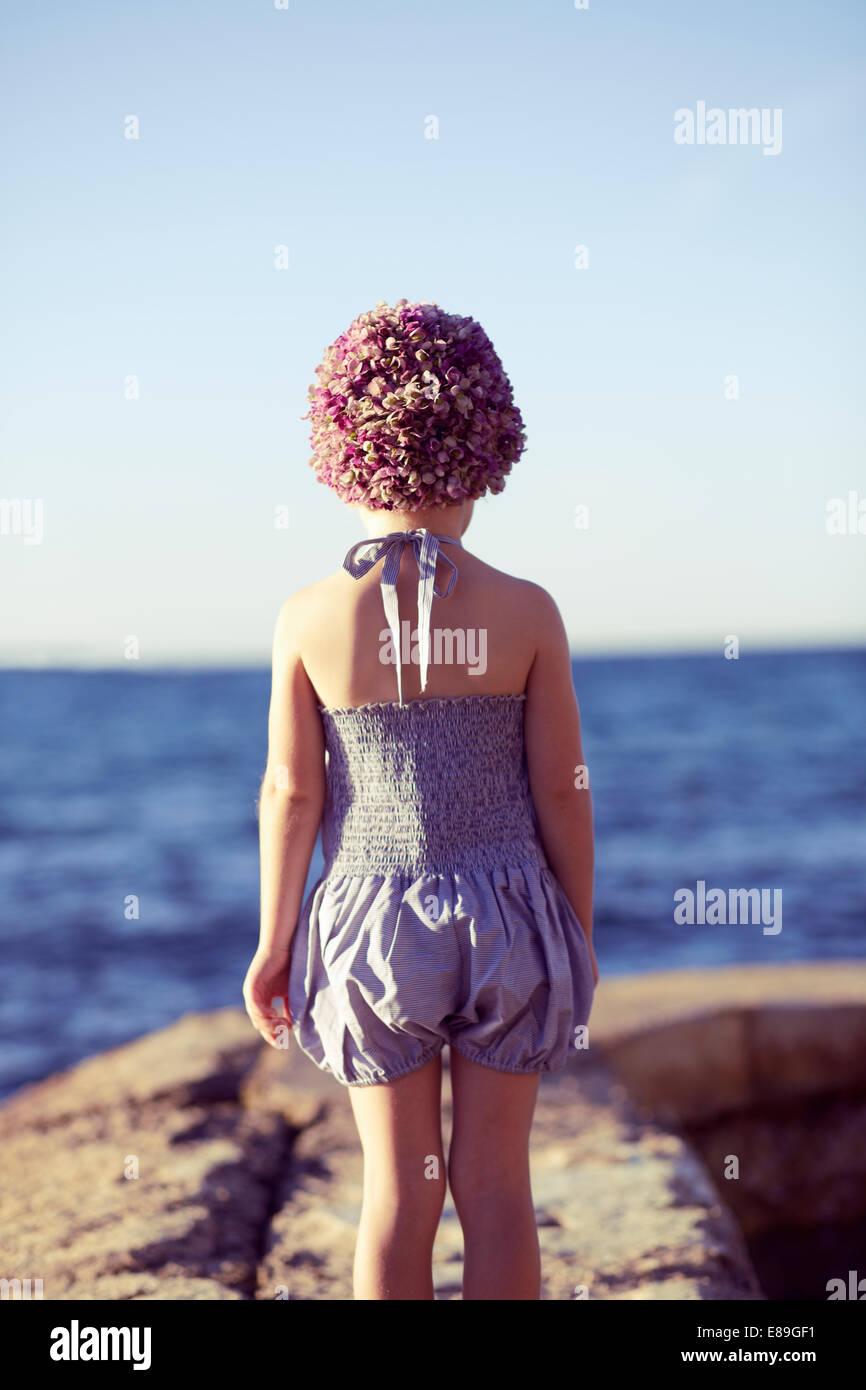 Chica en swimcap mirando a la playa Foto de stock