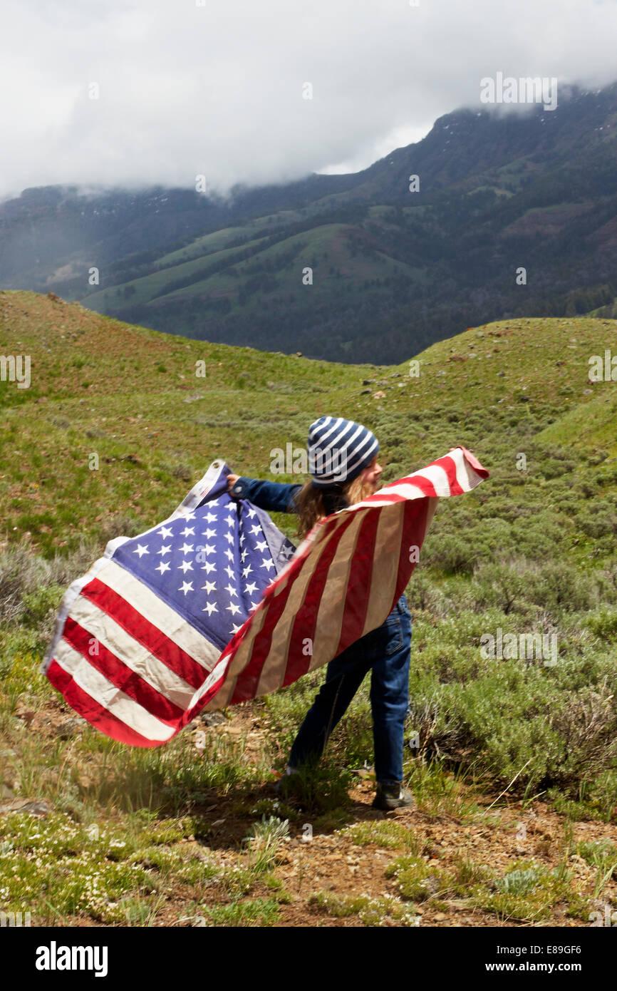 Chica con la bandera americana en el campo Imagen De Stock