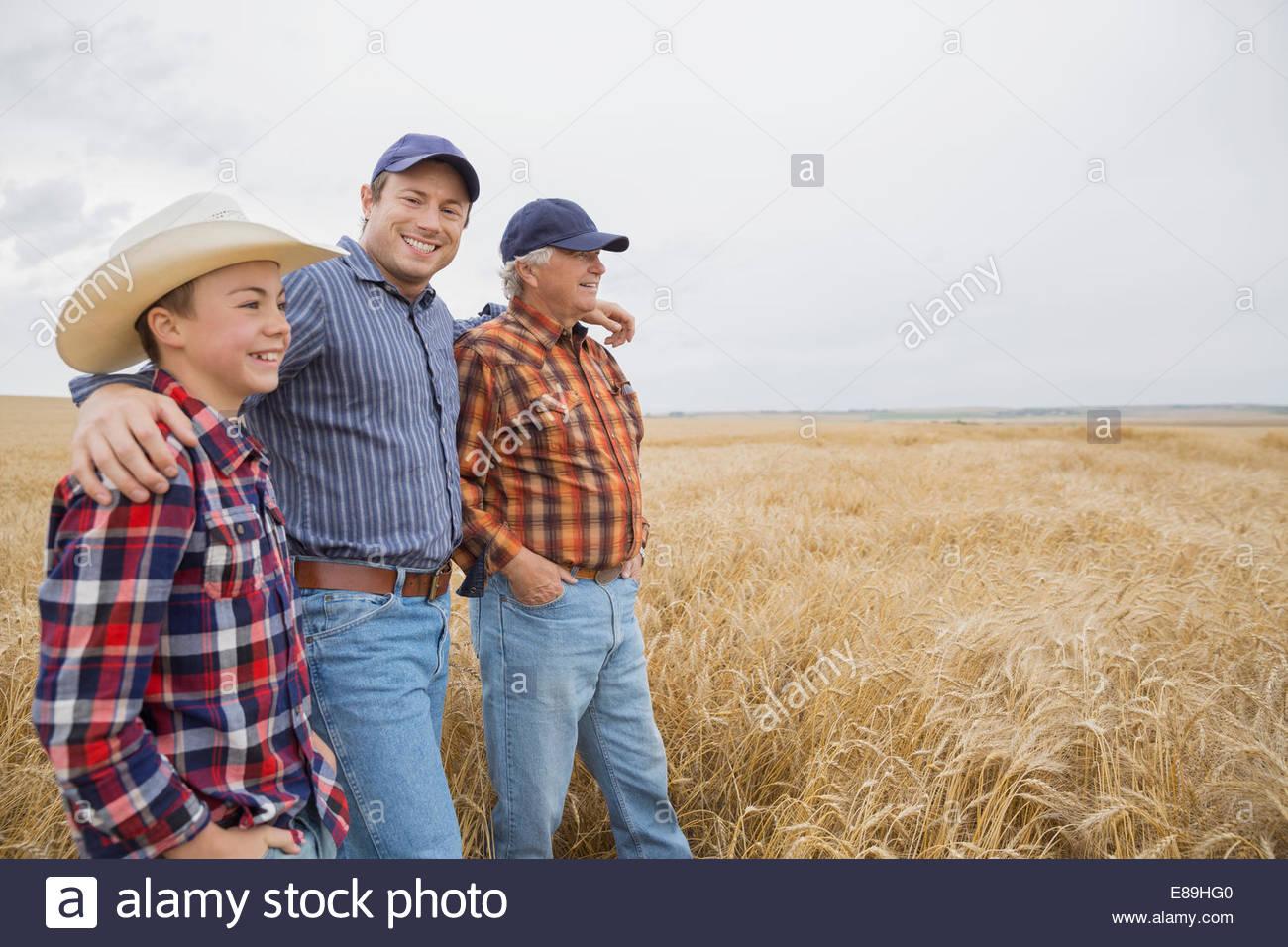 Multi-generación de hombres en campo de trigo Foto de stock