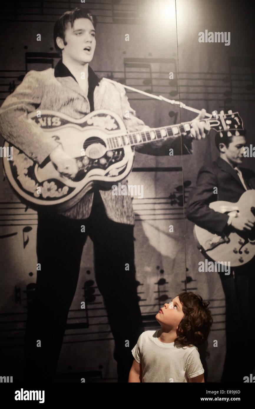 Niño mirando hacia arriba en la foto de Elvis Imagen De Stock