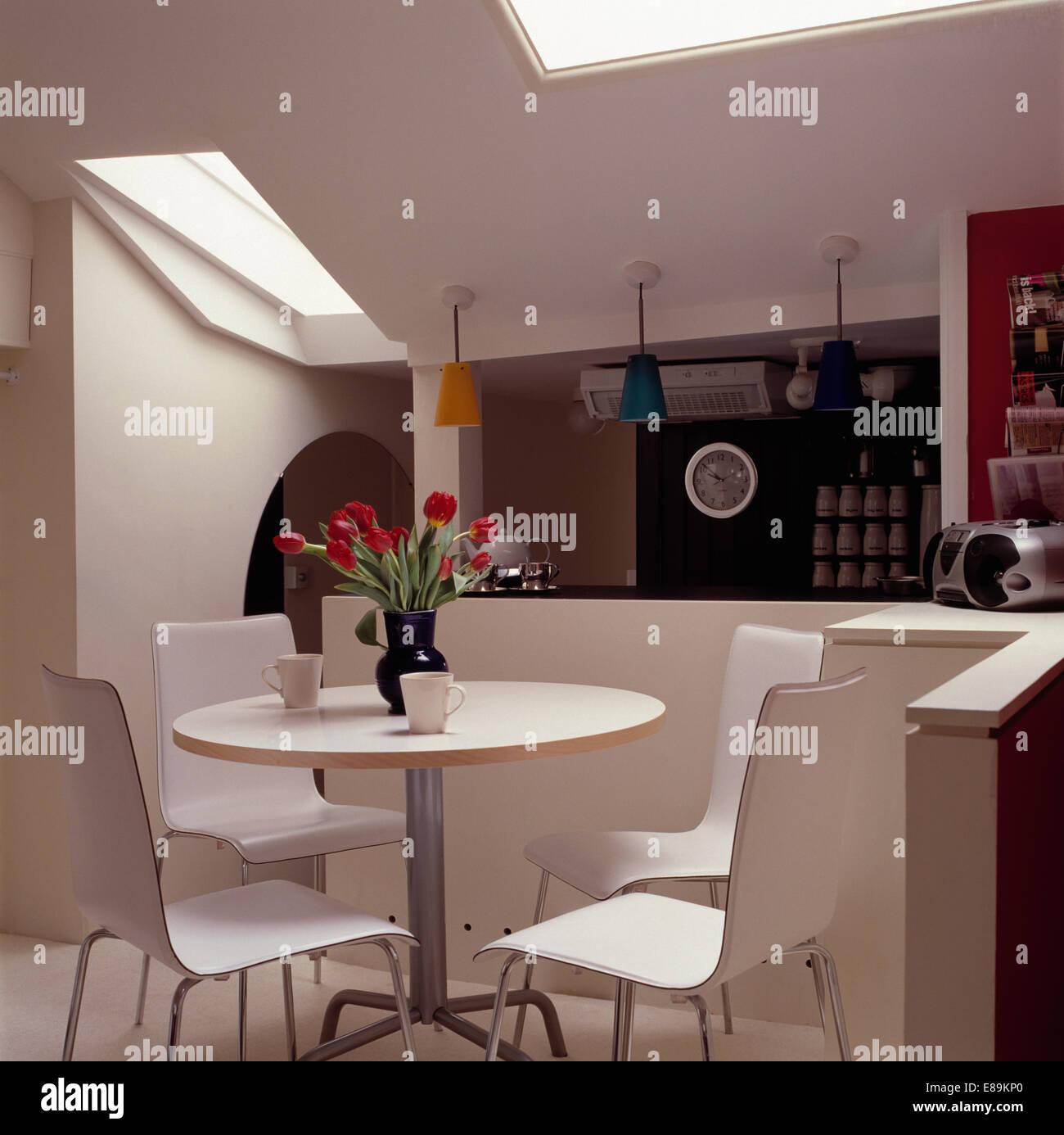 Sillas blancas y circular de mesa de comedor de loft moderno ...