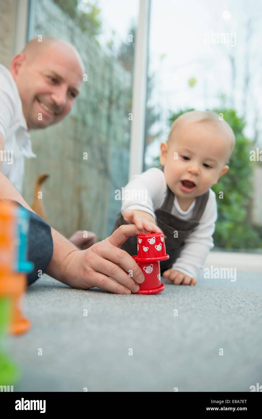 Padre y su hijo pequeño jugando juntos Foto de stock