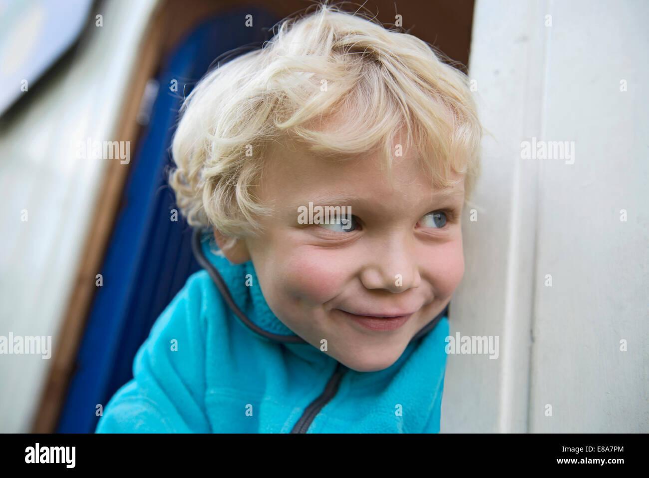 Cerrar retrato del joven muchacho rubio descarado Imagen De Stock