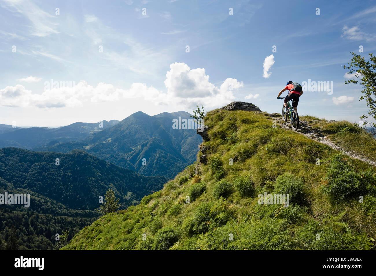 Ciclista de montaña en el camino cuesta arriba, Slatnik, Istria, Eslovenia Imagen De Stock