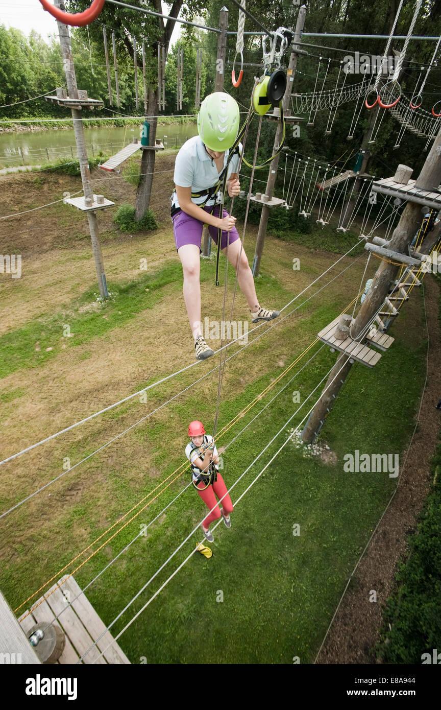 Hembra hembra joven adolescente, y un instructor en un risco de escalada Imagen De Stock