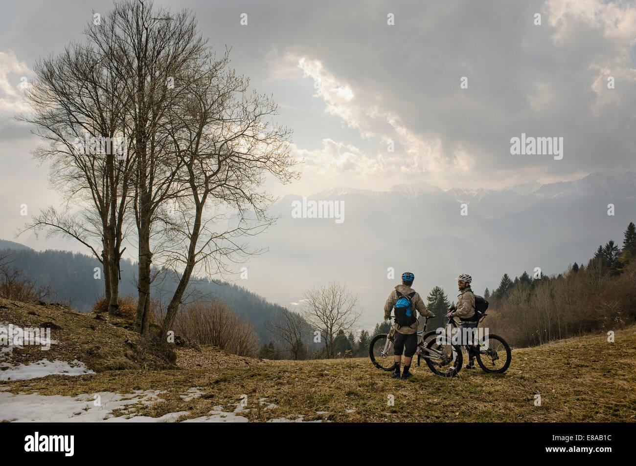 Los hombres con bicicletas de montaña en el Lago de Garda, Italia Imagen De Stock