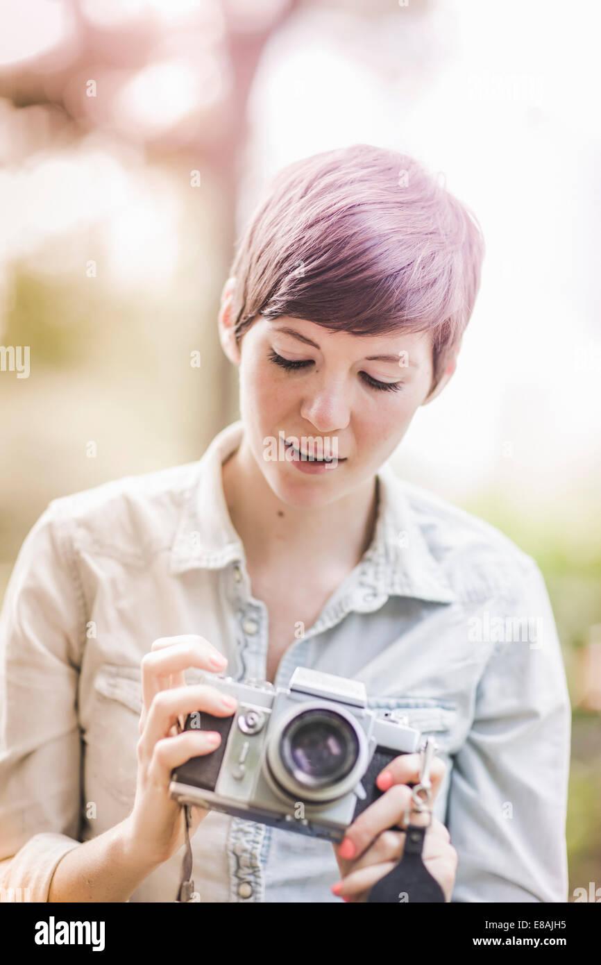 Mujer joven mirando su cámara Imagen De Stock