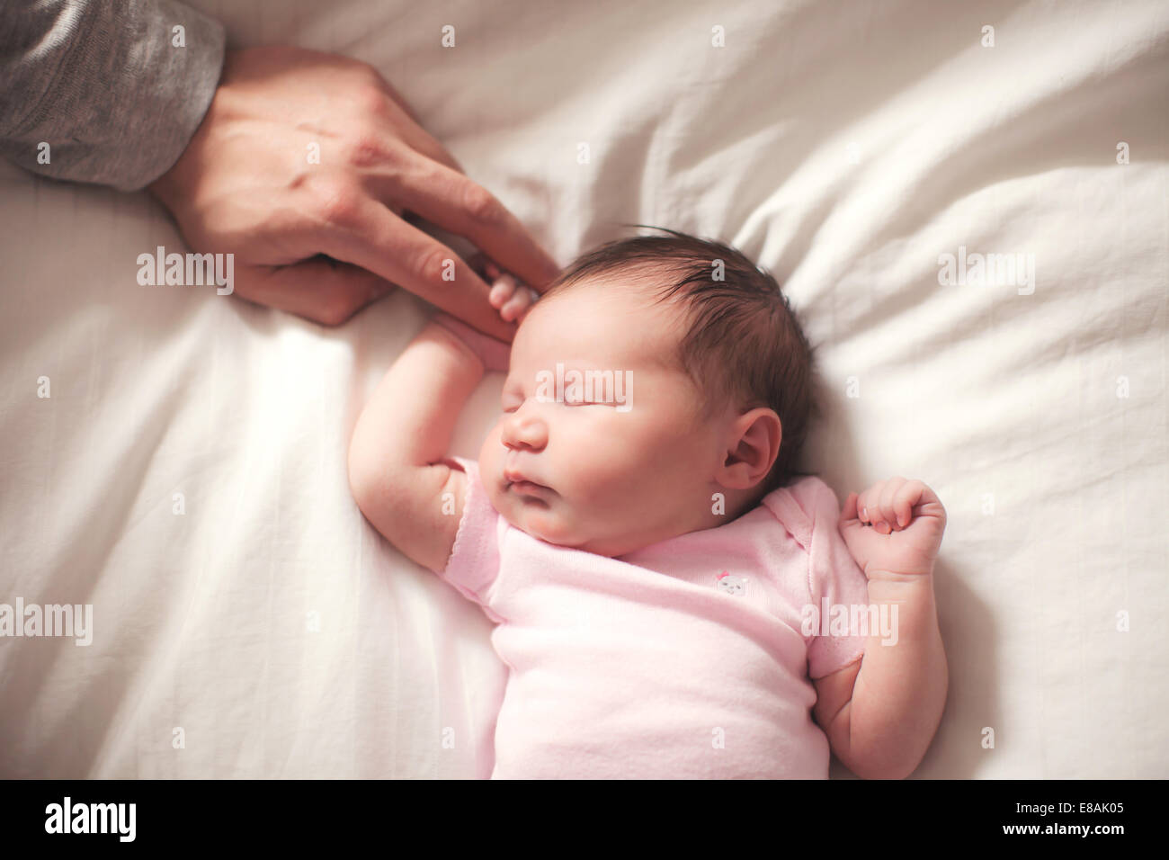 Niña dormida, manos celebrada por el p. Imagen De Stock