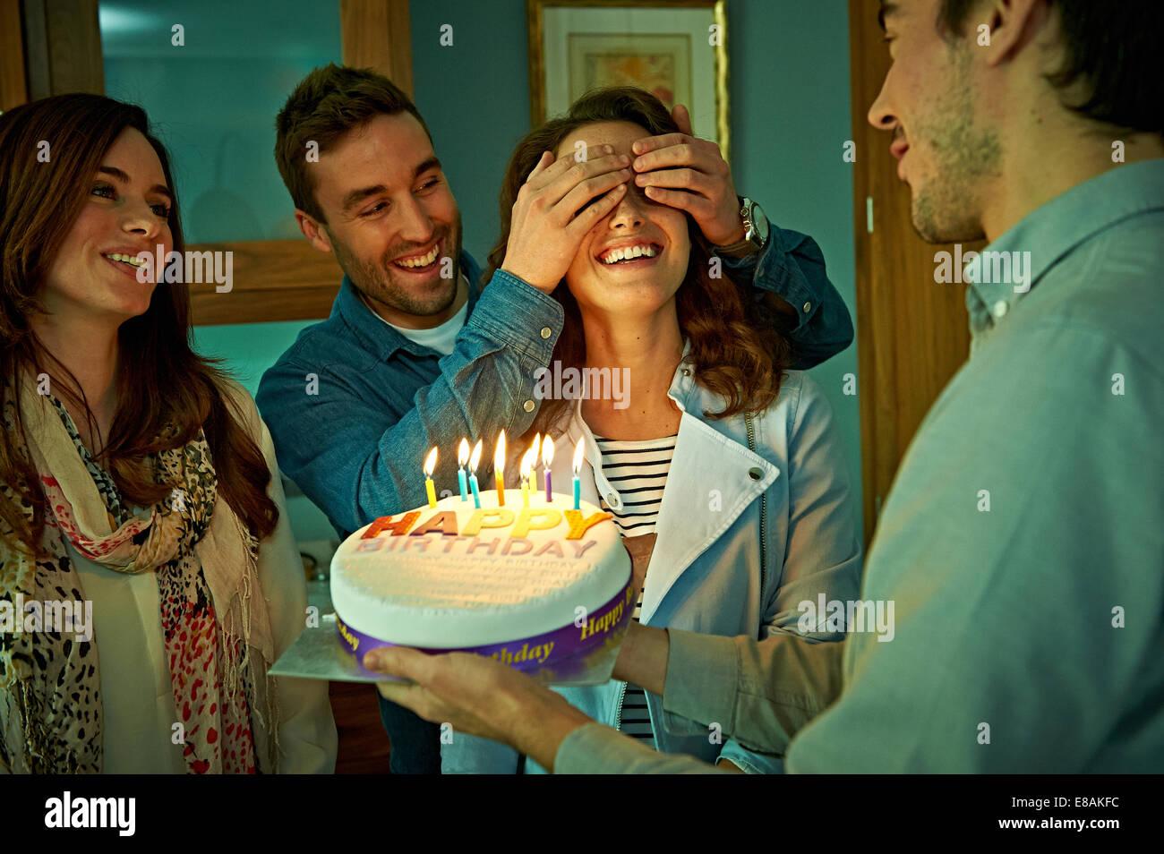 Amigos celebrando un cumpleaños en casa Imagen De Stock