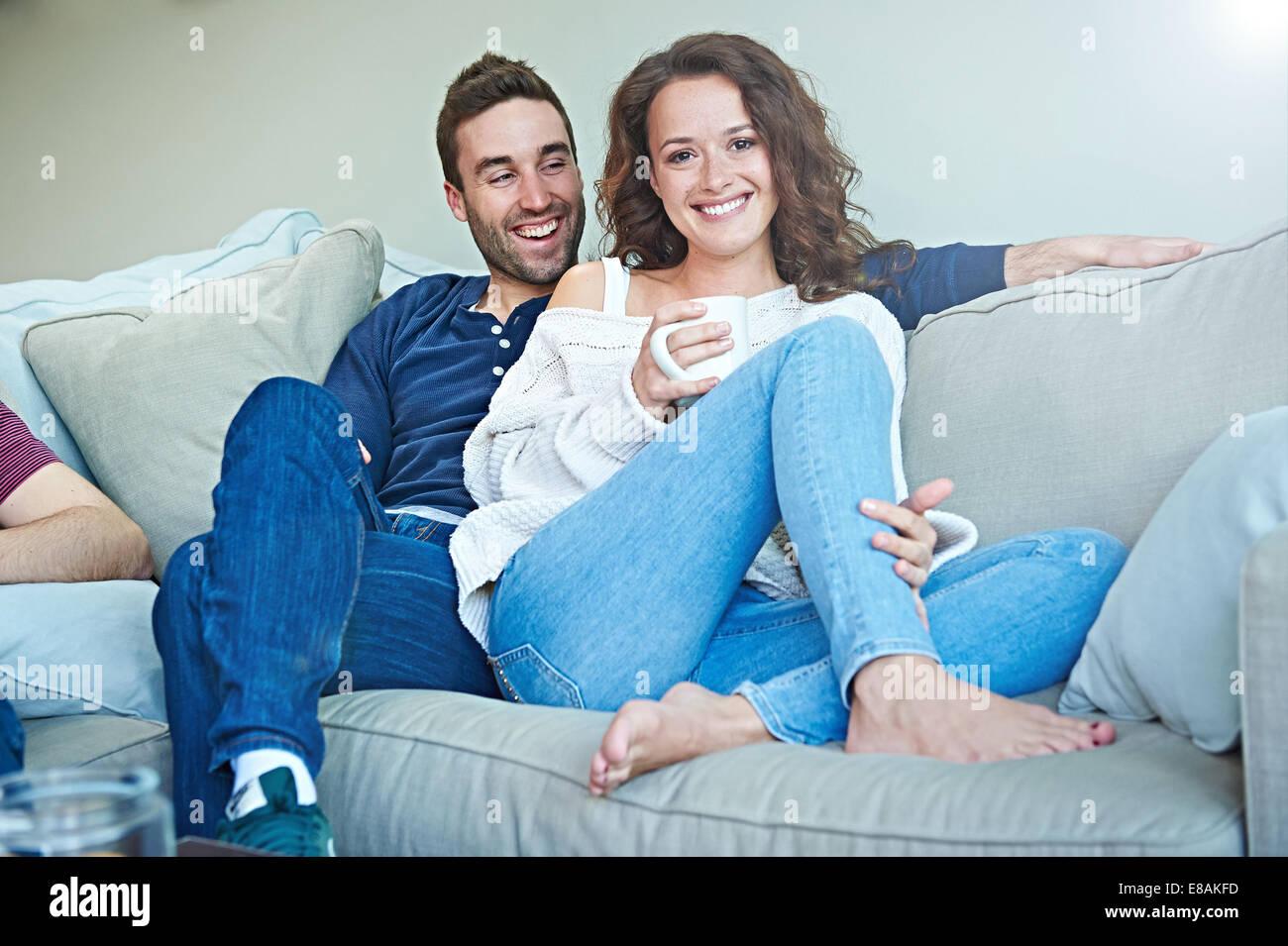 Par escalofriante en el sofá Foto de stock