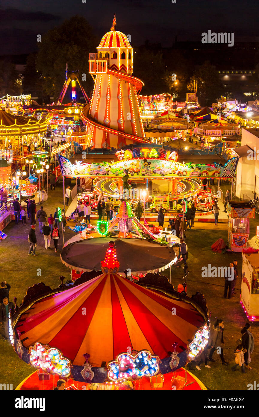 El Helter Skelter y atracciones por la noche en el Goose fair Nottingham East Midlands Nottinghamshire gb uk eu Imagen De Stock