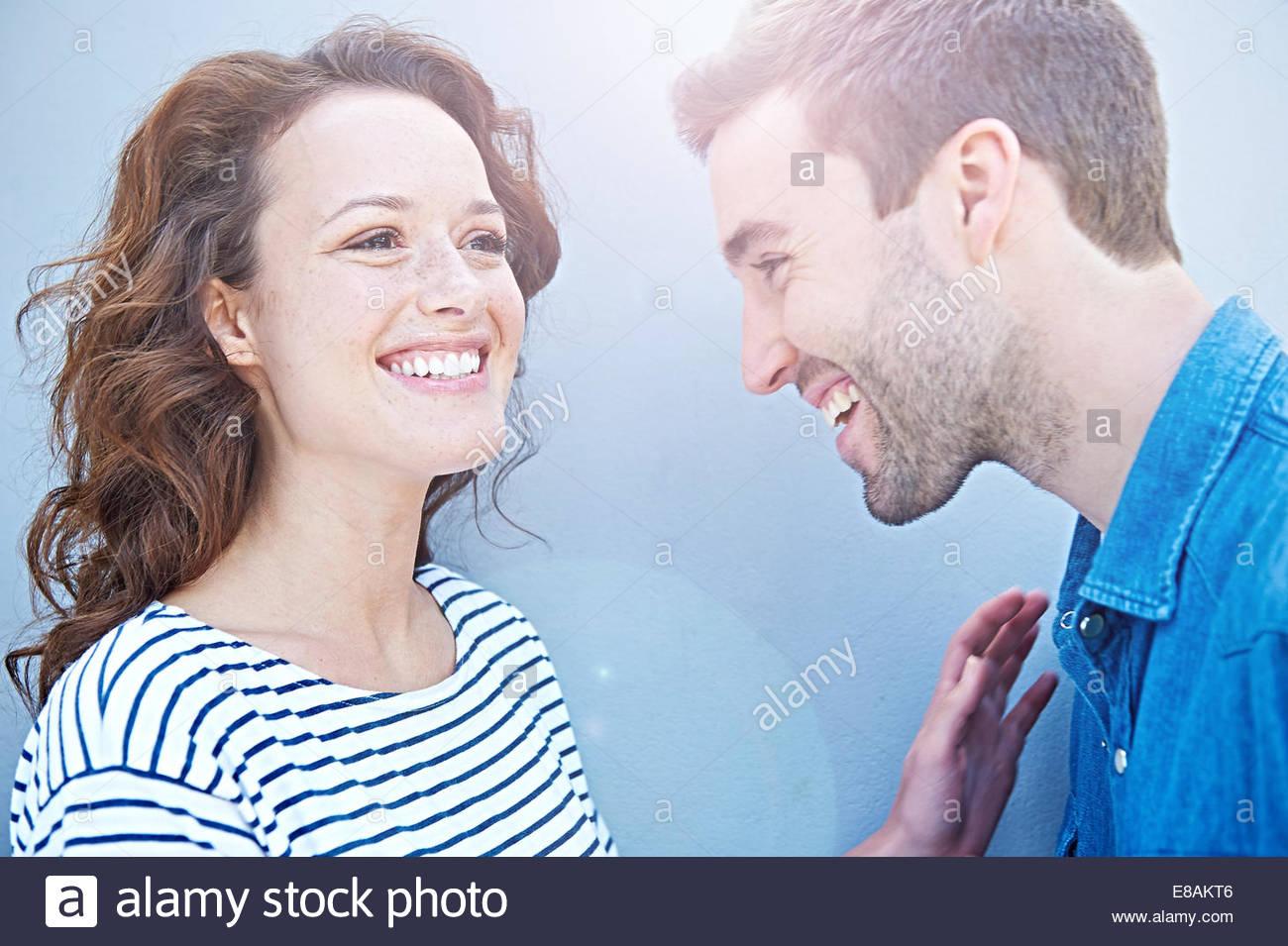 Cerca de la pareja riendo Imagen De Stock