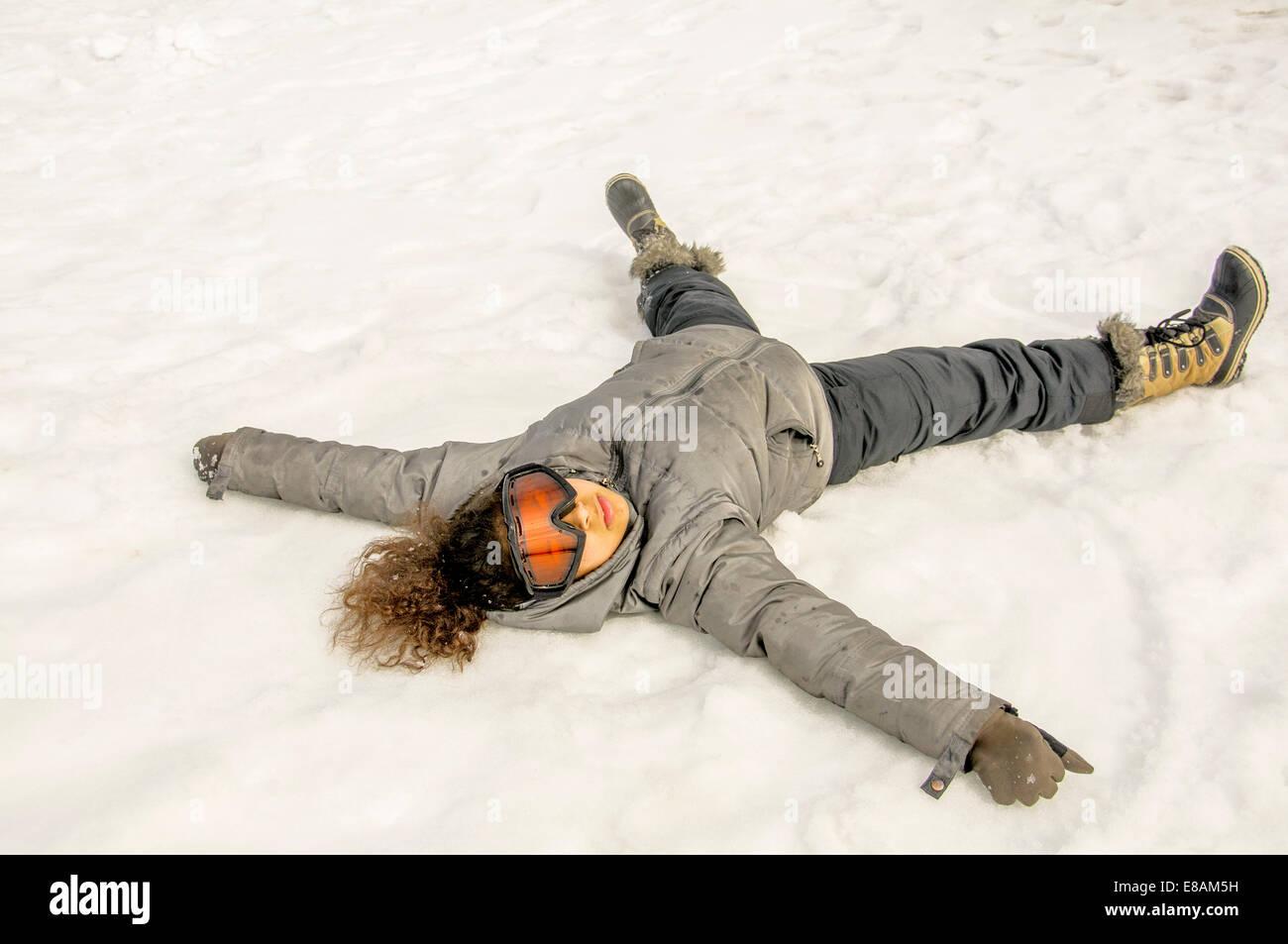 Chica acostada en la nieve Imagen De Stock
