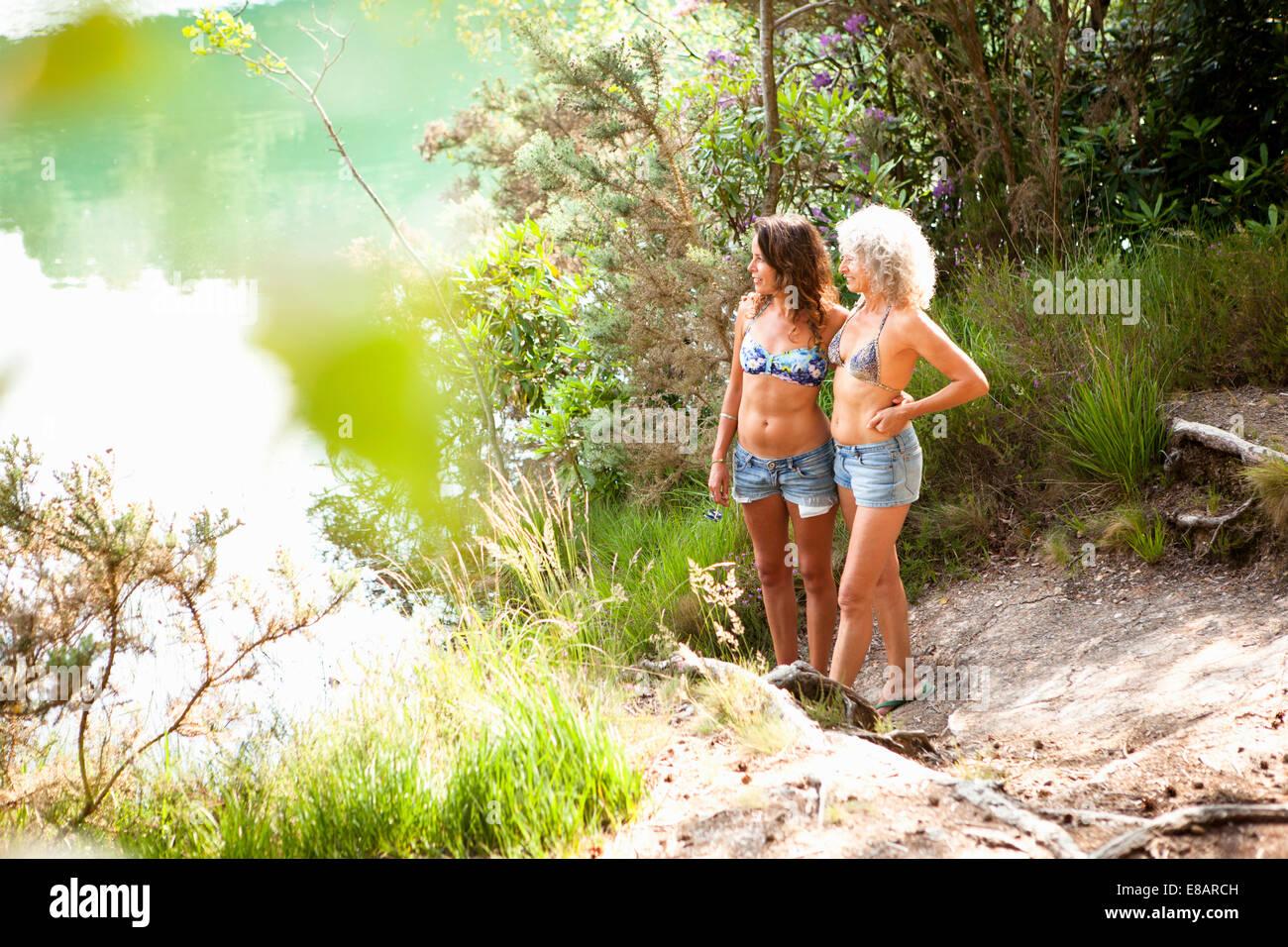 Madre e hija disfrutando de la naturaleza, la piscina azul Wareham, Dorset, Reino Unido Foto de stock