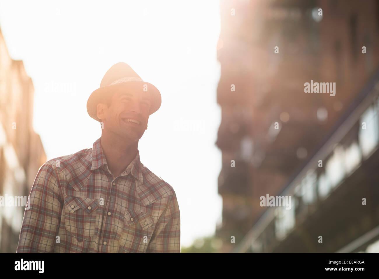 Joven hombre vestido con sombrero y camisa marcada Imagen De Stock