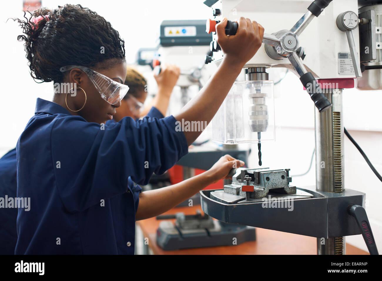 Los estudiantes utilizando los taladros en la escuela taller Foto de stock