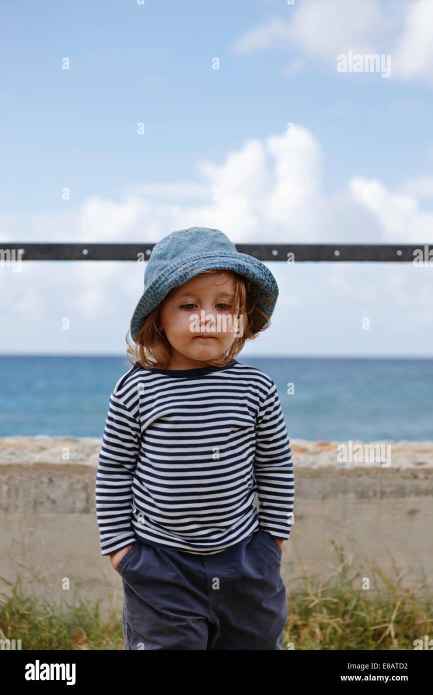 Niña vestidos de rayas y sombrero top Foto de stock