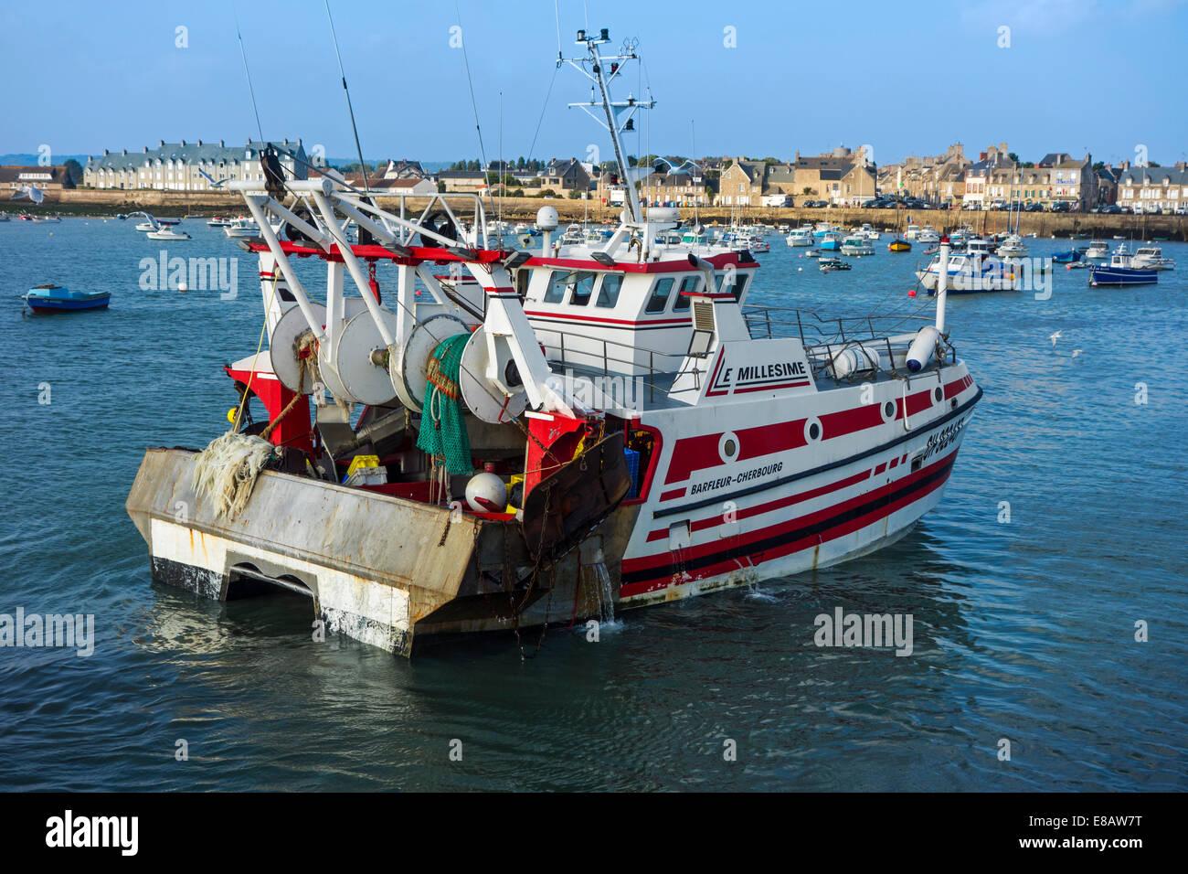 Pesca de arrastre / dragger barco entrando en el puerto de Barfleur, Baja Normandía, Francia Foto de stock
