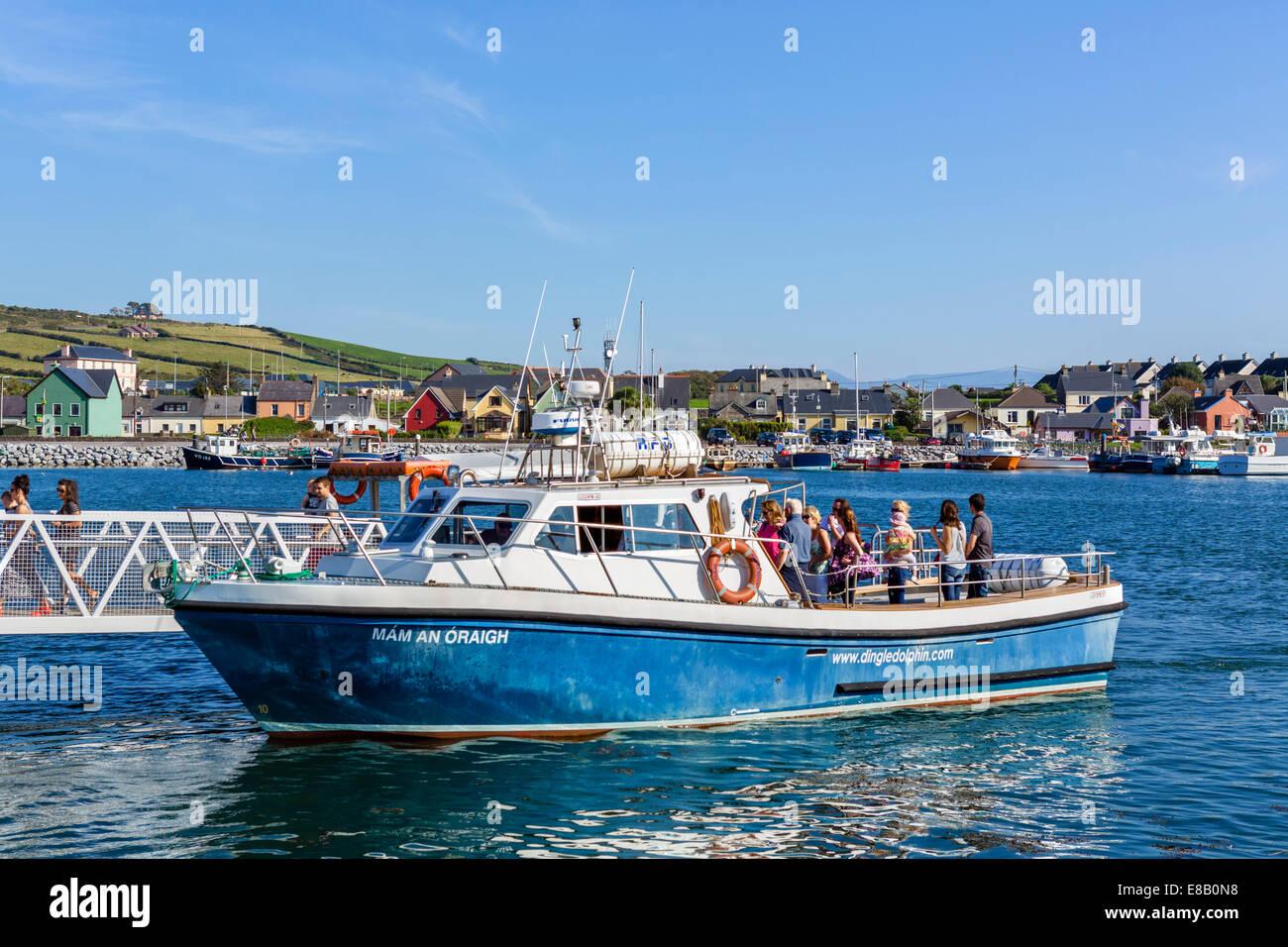 Turista desembarcar desde un viaje de turismo, Delfín Dingle Dingle, la península Dingle, Condado de Kerry, Imagen De Stock