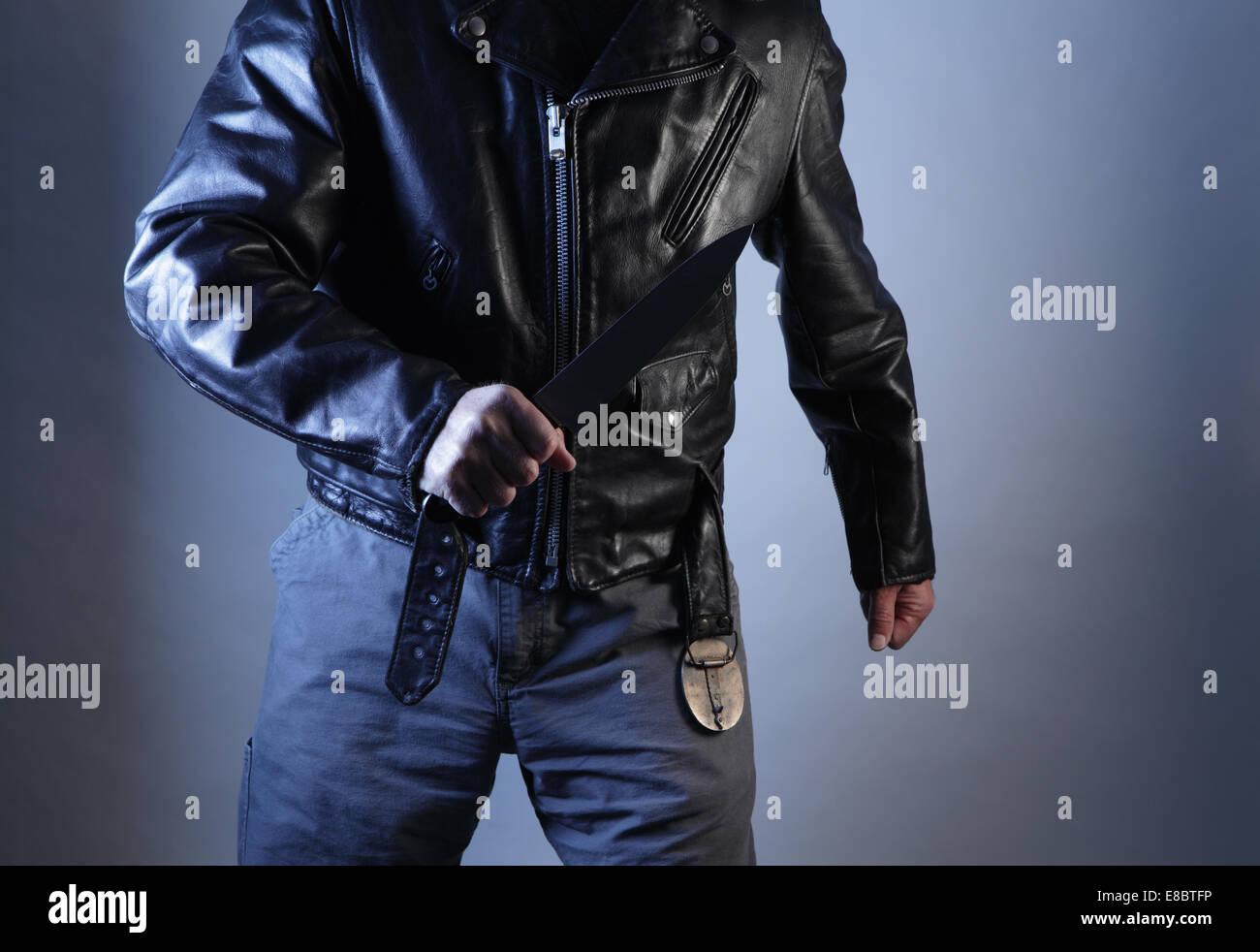 Amenazando con violencia masculina con los puños y la cuchilla se muestra torso Imagen De Stock