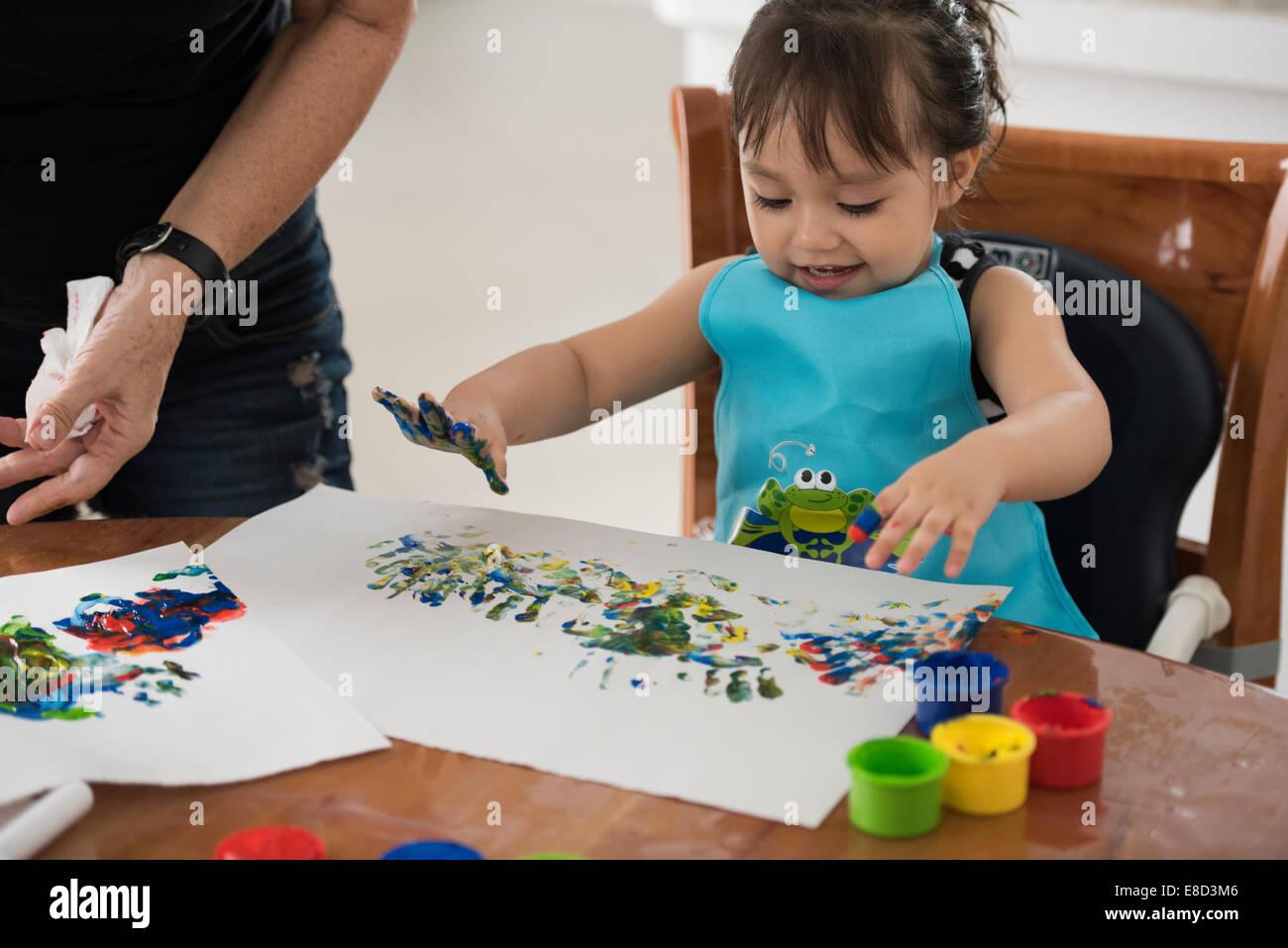 Niño pintar con los dedos Imagen De Stock