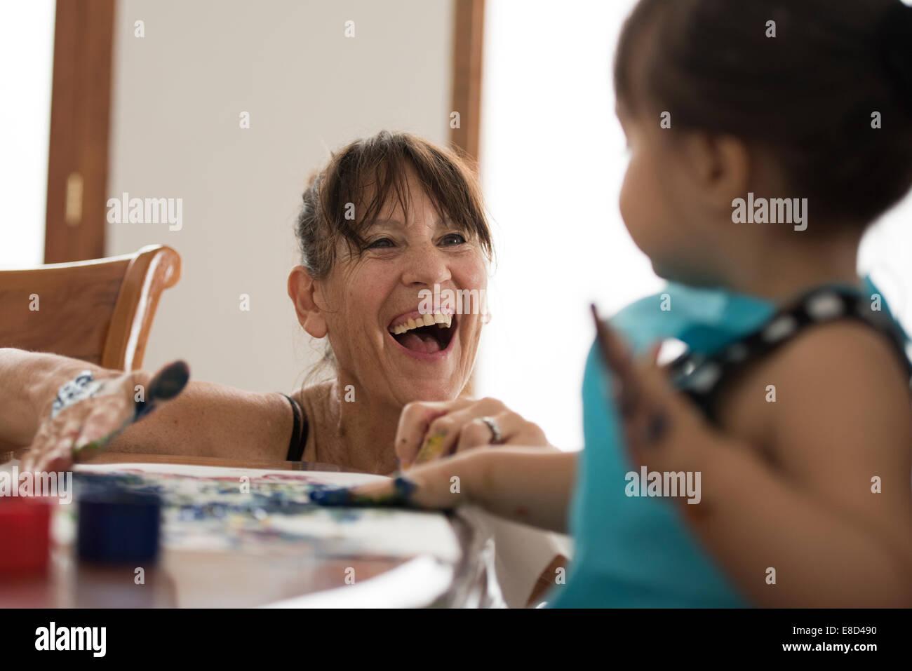 Abuela pintar con los dedos, con nieto Imagen De Stock