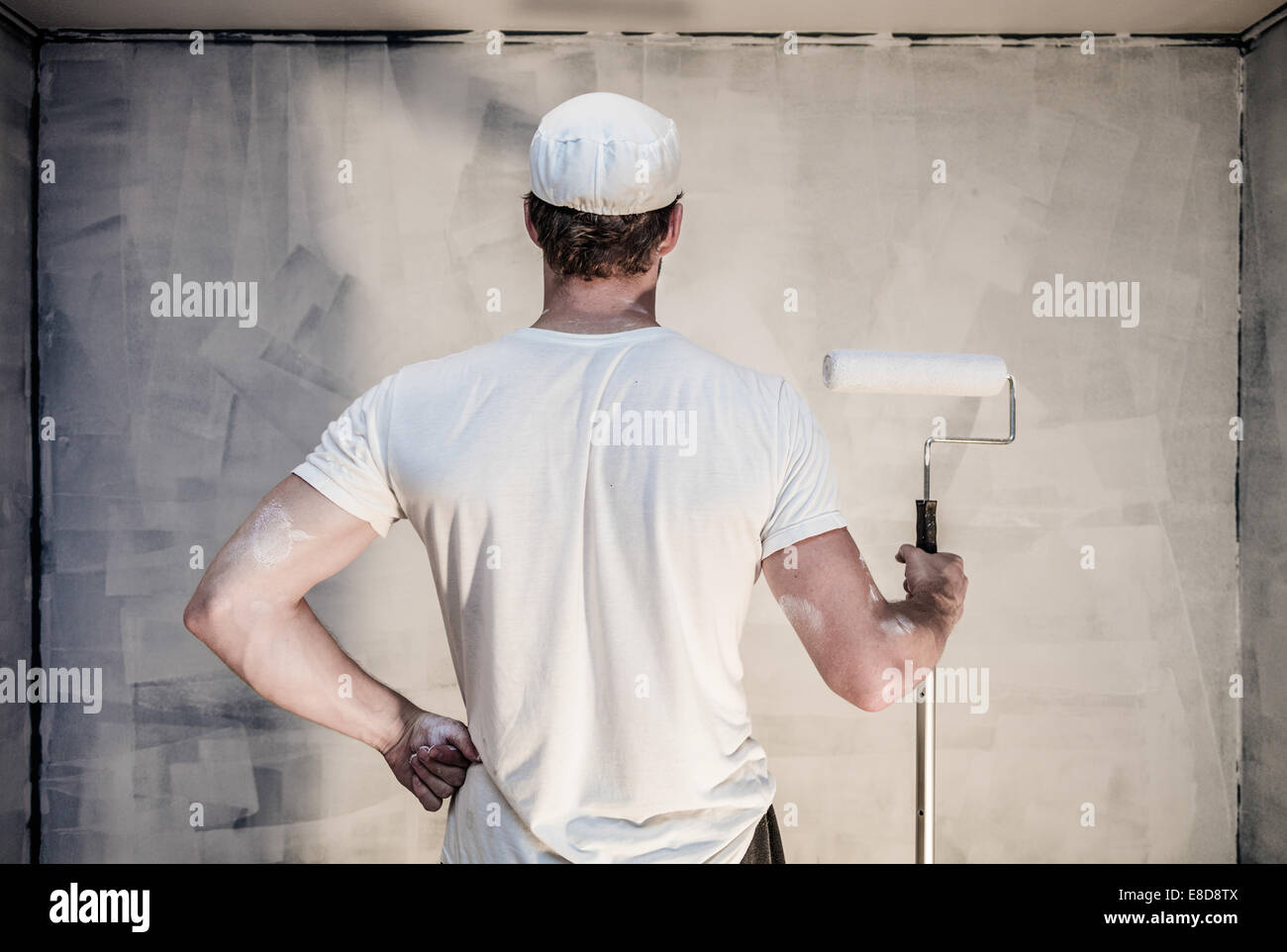 Orgullosos hombres mirando la pared pintada - imprimación está hecho Imagen De Stock
