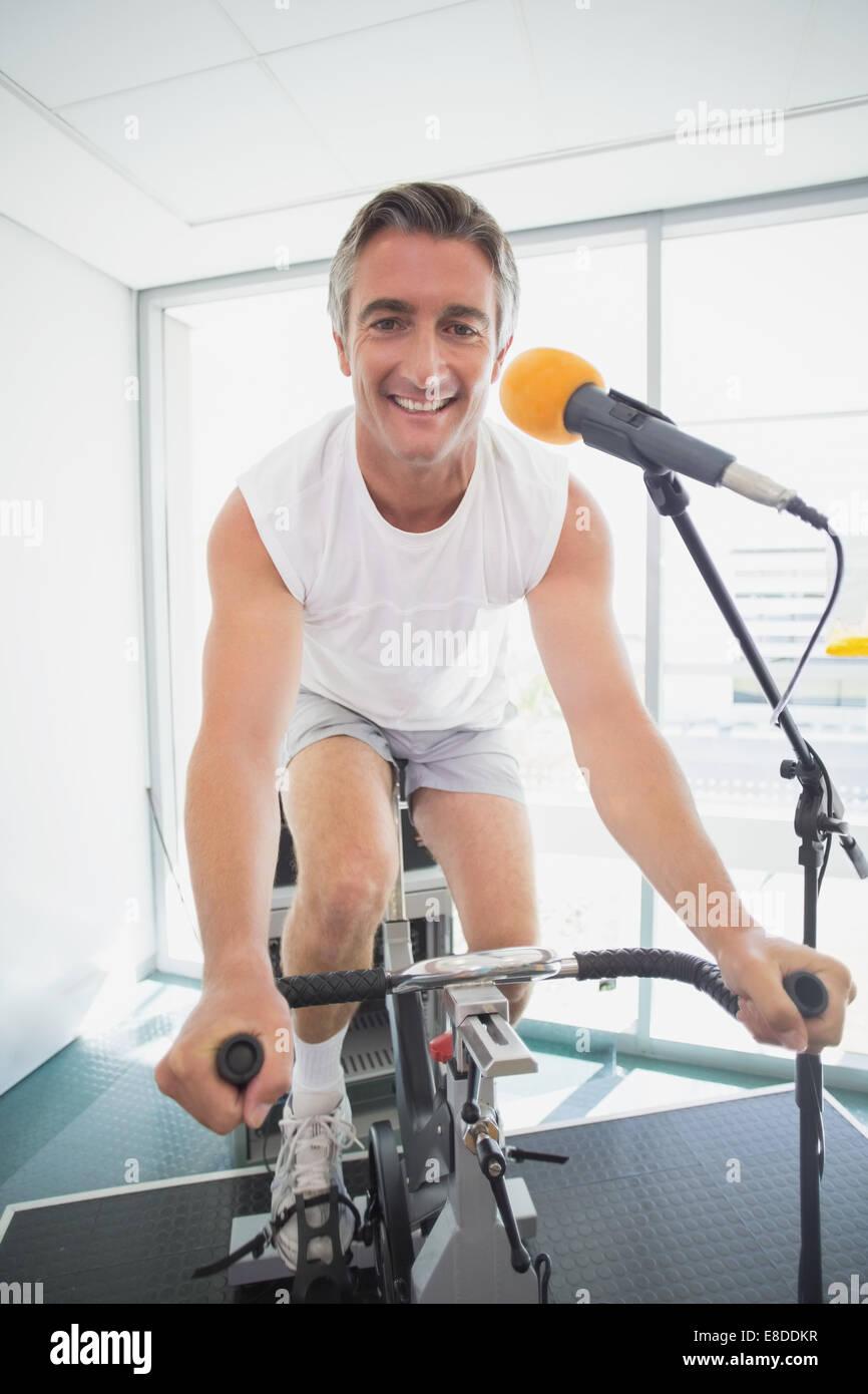 Spinning instructor sonriendo a la cámara Imagen De Stock