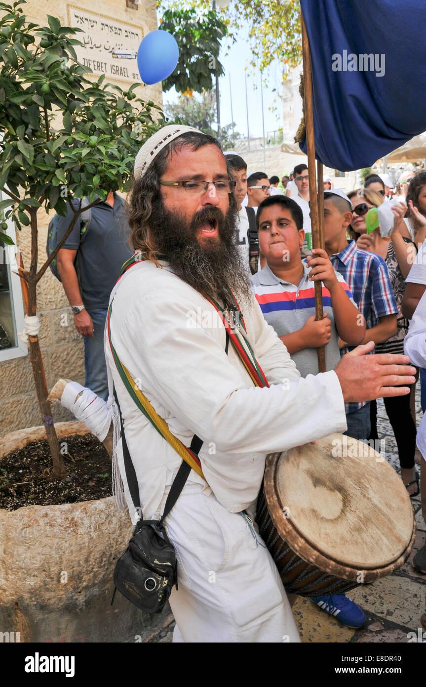El hombre que se inflige con el síndrome de Jerusalén. El síndrome de Jerusalén es el nombre dado a un grupo de fenómenos mentales que implican la Foto de stock