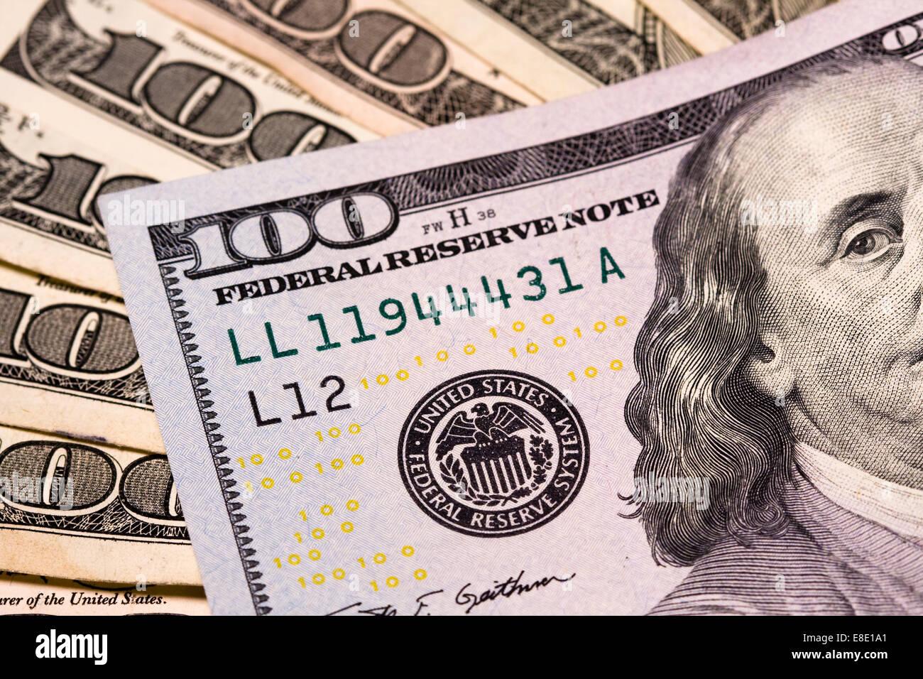 Muchos billetes de cien dólares repartidos mostrando la junta de la Reserva Federal con el color amarillo, negro Foto de stock