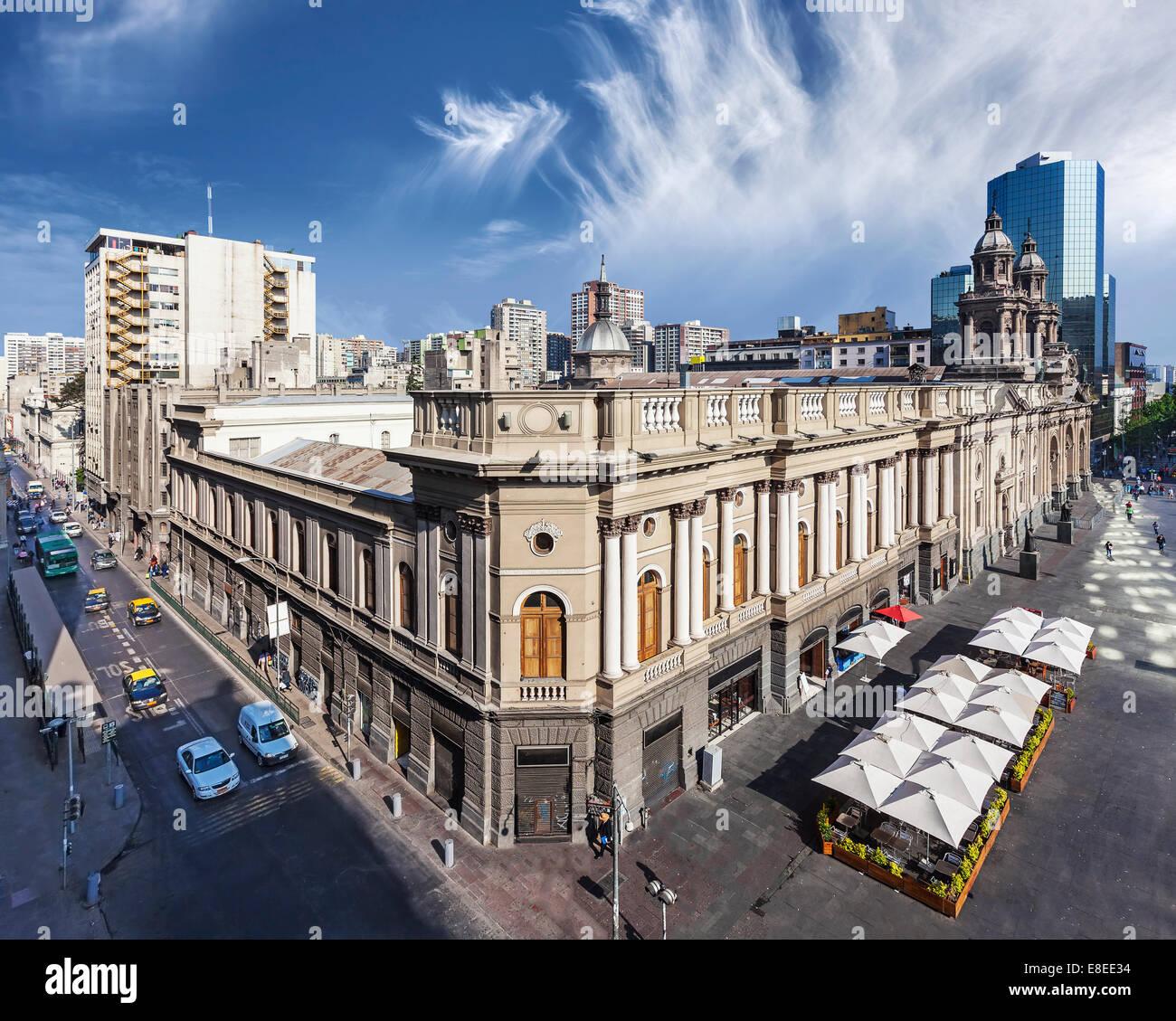 Santiago de Chile, en el centro de la ciudad, modernos rascacielos mezclados con edificios históricos, Chile. Foto de stock