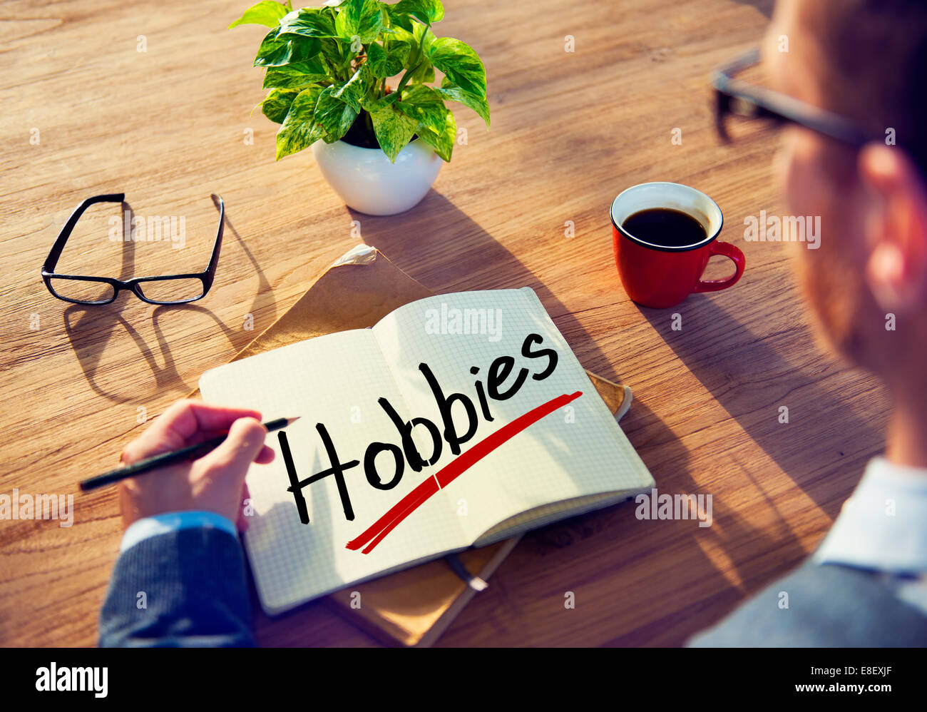 Un hombre brainstorming sobre aficiones concepto Imagen De Stock
