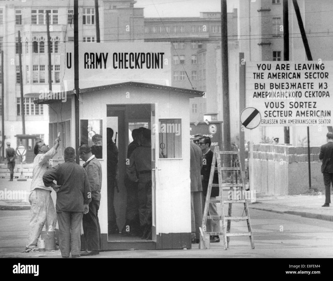 Los trabajadores construyendo una frontera impermeable lodge por soldados estadounidenses en el checkpoint Friedrichstraße, Imagen De Stock