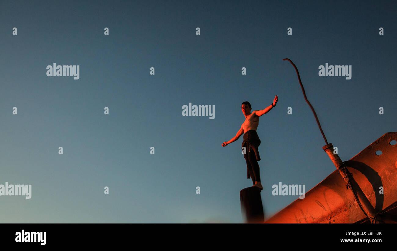 Boy (12-13 años) en traje de pie en la pole Imagen De Stock