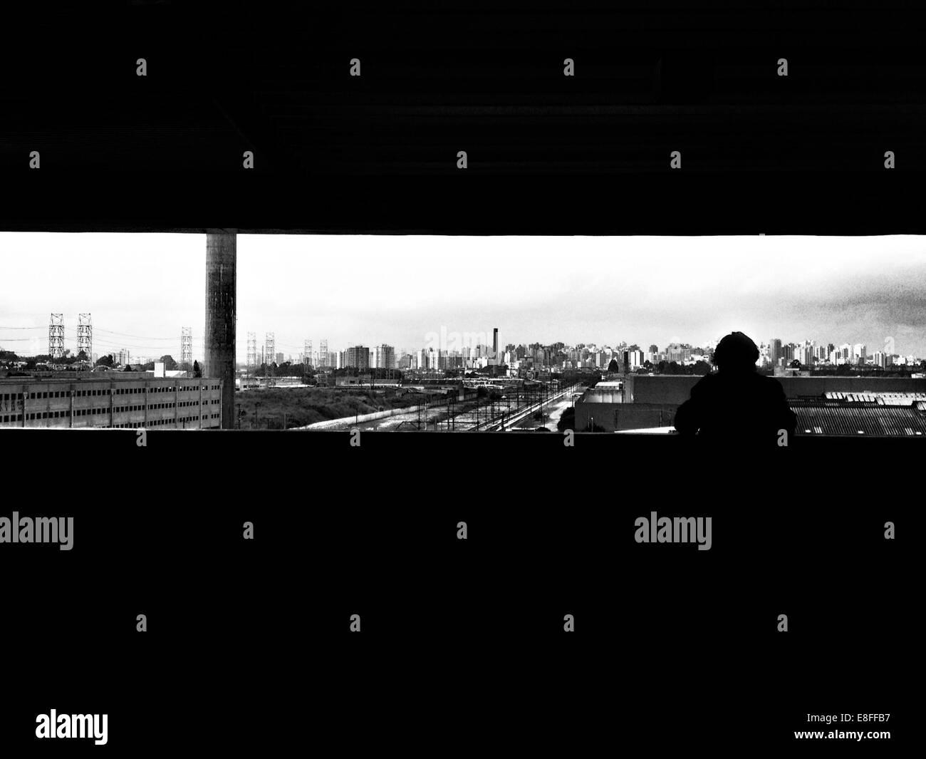 Silueta de una persona mirando el horizonte de la ciudad, Sao Paulo, Brasil. Imagen De Stock