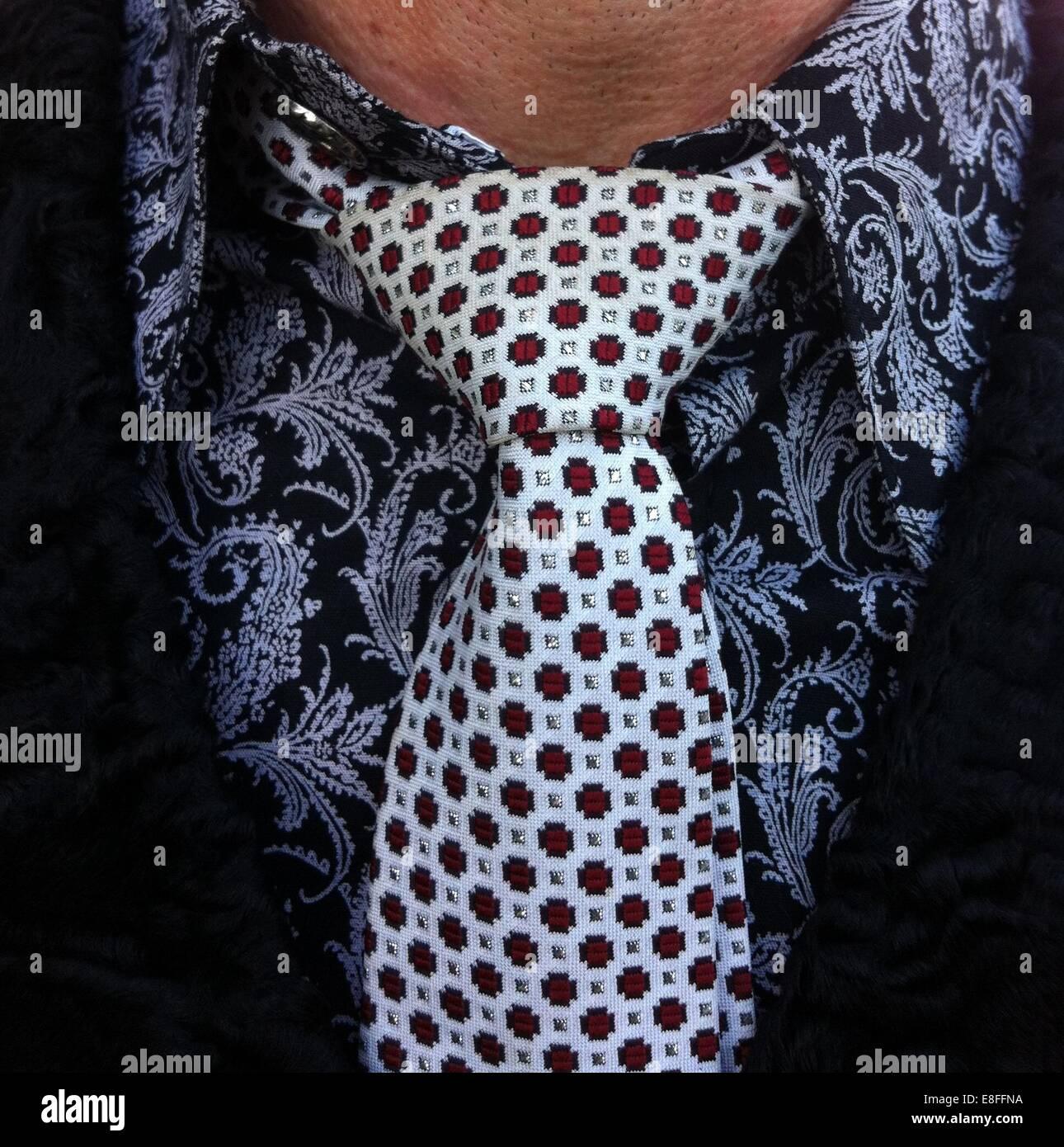 Cerca de un hombre vestido con una camisa y corbata Foto de stock