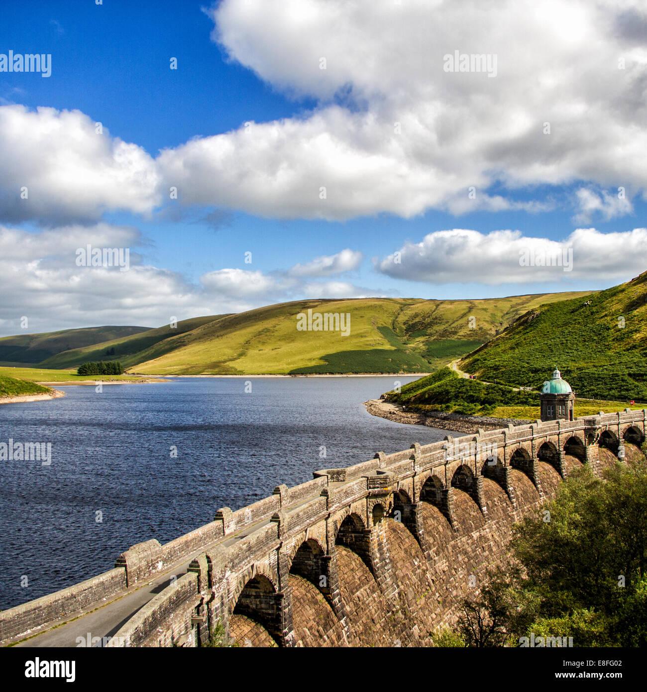 Acueducto y embalse, valle de Elan, Powys, Gales, Reino Unido Foto de stock