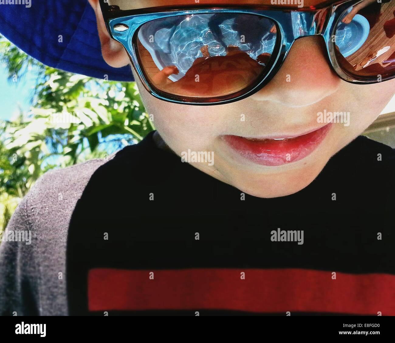 Retrato de un niño con gafas de sol Imagen De Stock